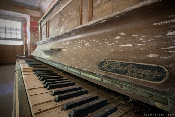 Adam X Urbex Urban Exploration Grand Hotel Regnier piano detail Belgium