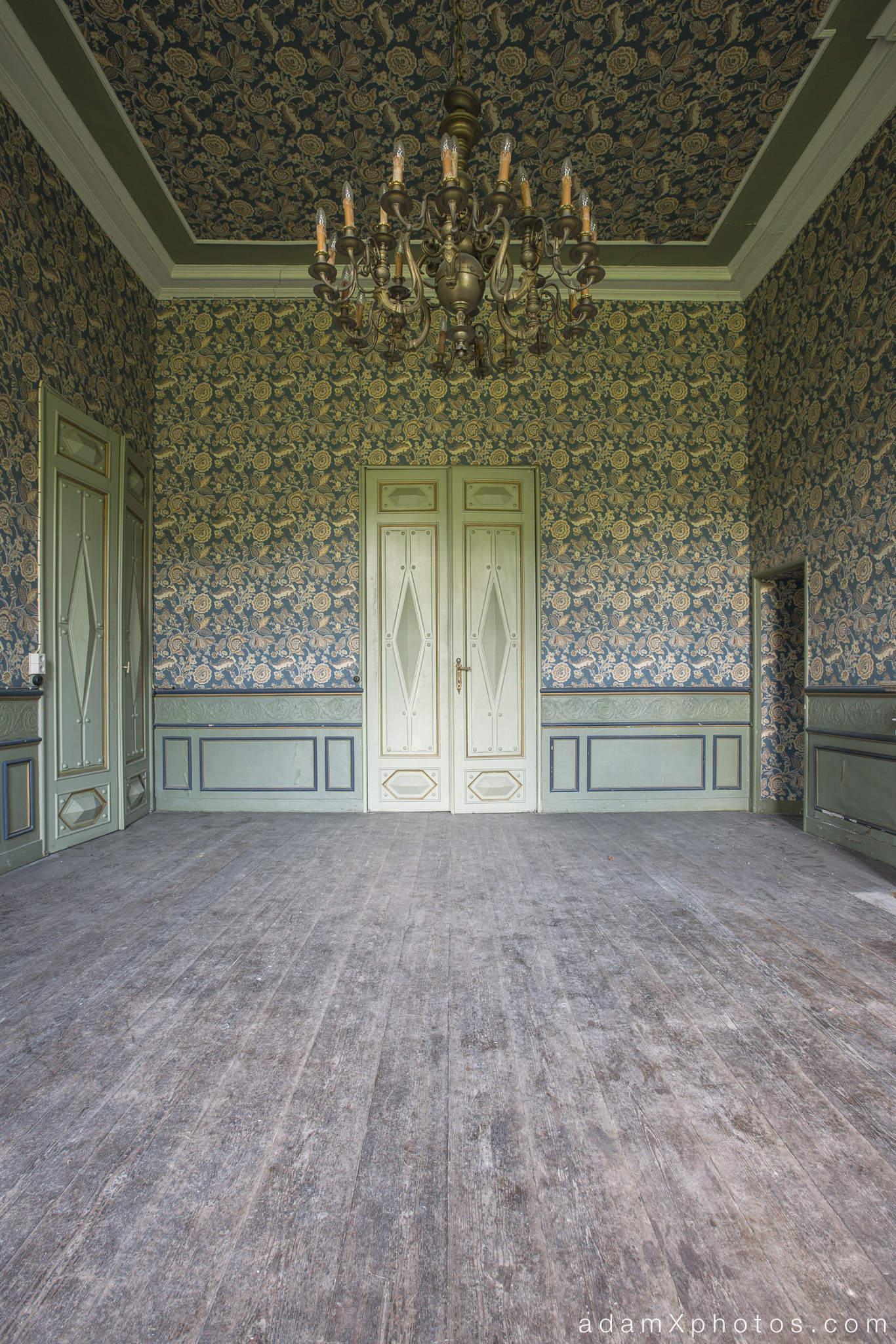 Adam X Chateau de la Chapelle urbex urban exploration belgium abandoned grand room chandelier wallpaper