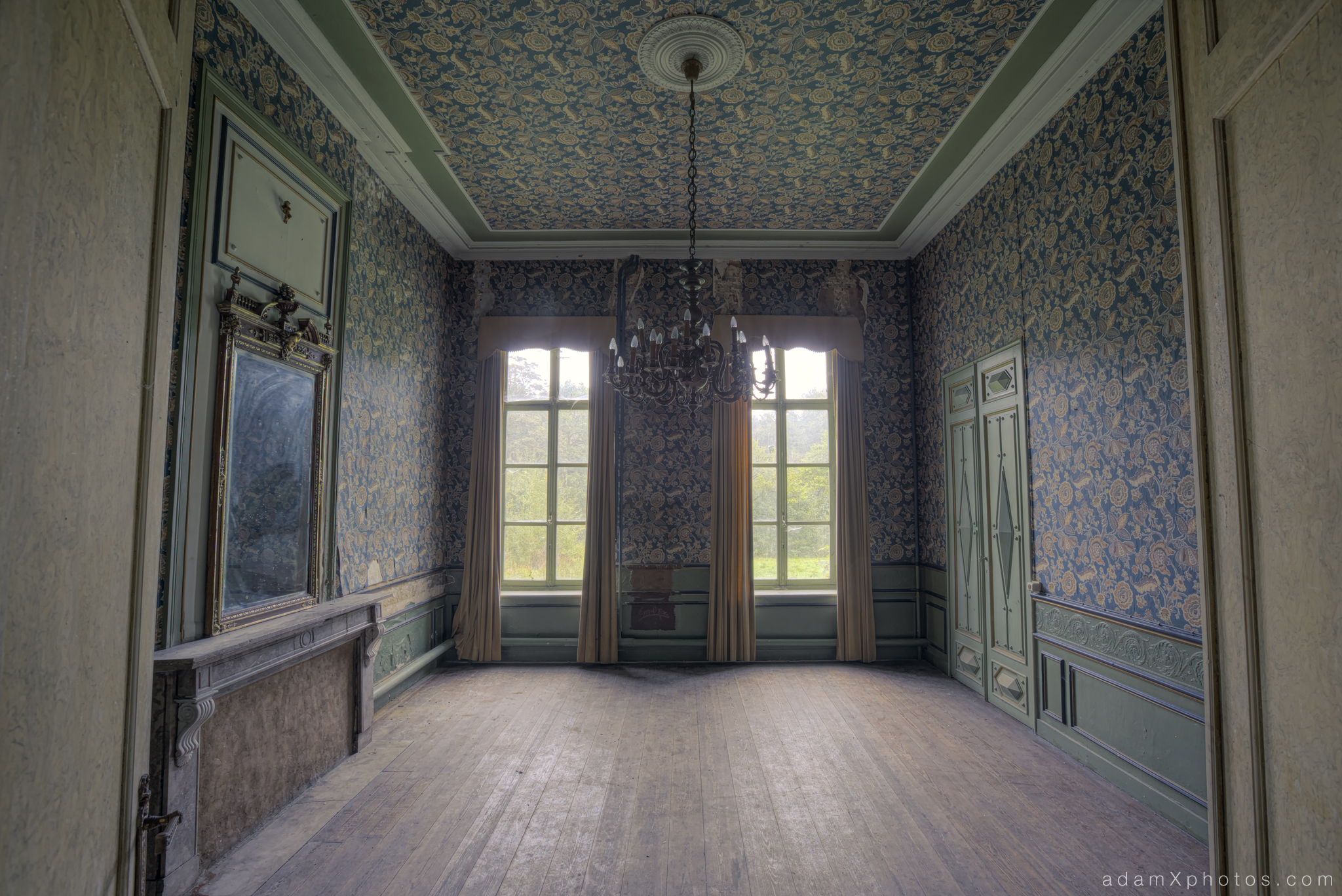 Adam X Chateau de la Chapelle urbex urban exploration belgium abandoned room mirror wallpaper grand