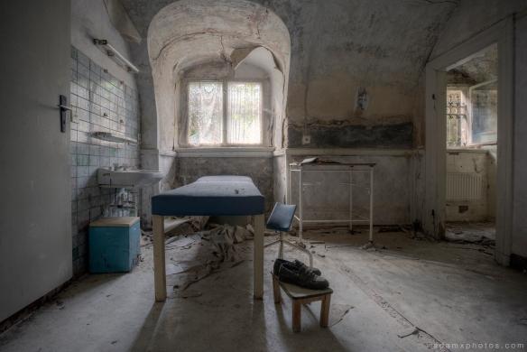 Adam X Urbex Krankenhaus von rollstuhlen Hospital of wheelchairs Germany Urban Exploration Decay Lost Abandoned Hidden Wheelchair physio treatment bed room basement
