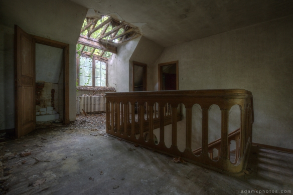 Ceiling landing greenery bannisters Adam X Urbex UE Urban Exploration Belgium Villa Maison SS House Townhouse abandoned derelict unused empty disused decay decayed decaying grimy grime collapsing overgrown