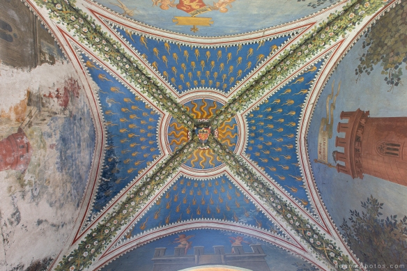 Castello di R Italy castle Urbex Adam X Urban Exploration chapel ceiling looking up photo photos report decay detail UE abandoned derelict unused empty disused decay decayed decaying grimy grime