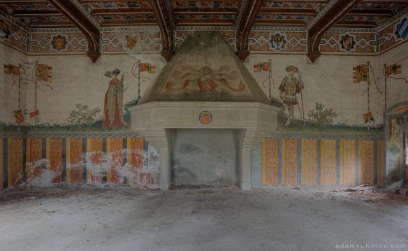 Castello di R Italy castle Urbex Adam X Urban Exploration large room fireplace painted wall photo photos report decay detail UE abandoned derelict unused empty disused decay decayed decaying grimy grime