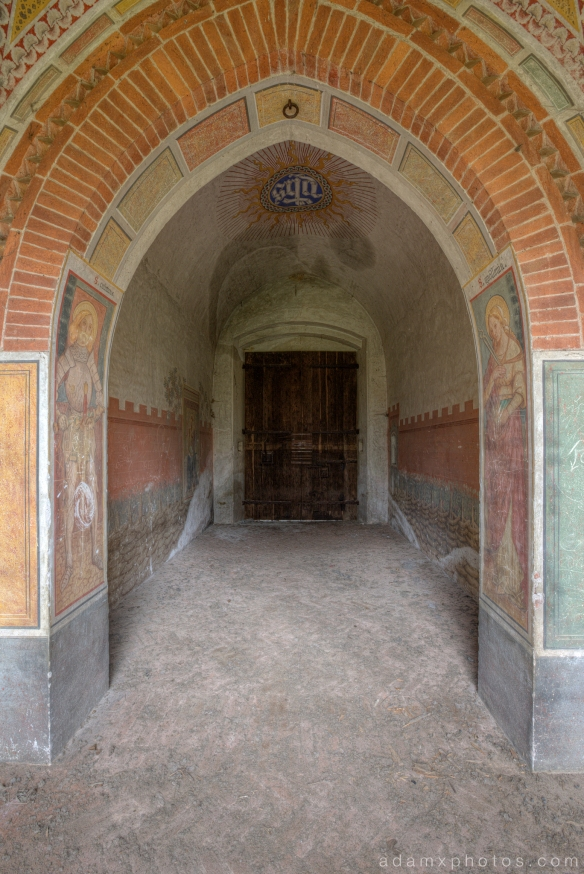 Castello di R Italy castle Urbex Adam X Urban Exploration courtyard arch archway entrance gate photo photos report decay detail UE abandoned derelict unused empty disused decay decayed decaying grimy grime