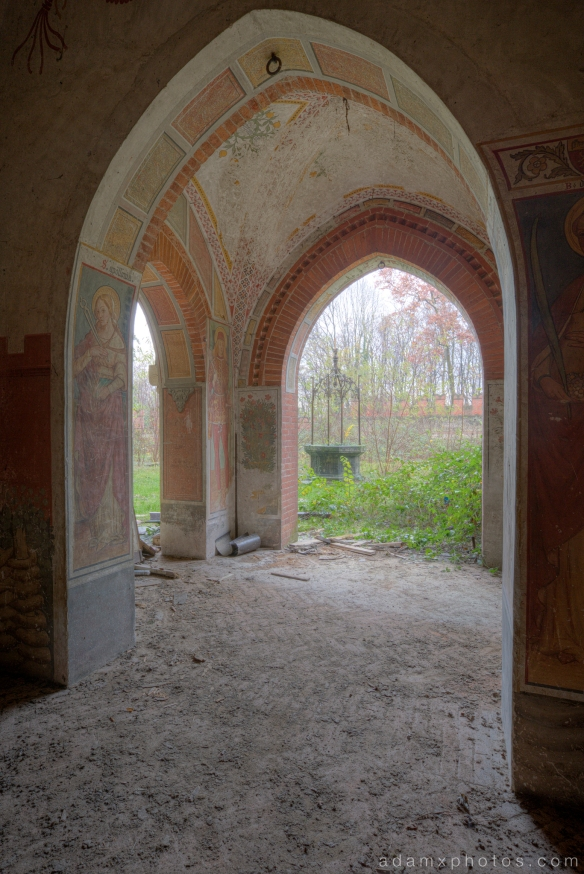 Castello di R Italy castle Urbex Adam X Urban Exploration courtyard garden well outside exterior external photo photos report decay detail UE abandoned derelict unused empty disused decay decayed decaying grimy grime