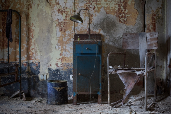 Manicomio di R Dr Rossetti Rosetti doctor Urbex Adam X Urban Exploration Blue Ruin Doctor Doctors doctor's room quarters lamp chair cabinet photo photos report decay detail UE abandoned derelict unused empty disused decay decayed decaying grimy grime