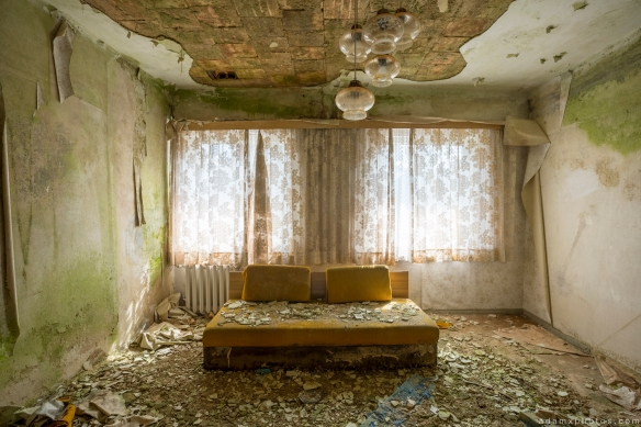 Hotel Room decay sofa chair green Grand Hotel Atlantis Urbex Germany Adam X Urban Exploration Access 2016 Abandoned decay lost forgotten derelict location Deutschland