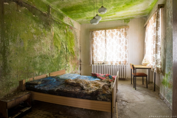 Decaying bedroom guest room hotel room Grand Hotel Atlantis Urbex Germany Adam X Urban Exploration Access 2016 Abandoned decay lost forgotten derelict location Deutschland