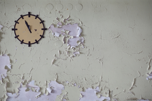 Clock peeling paint Speisehauses Dining House VEB Strömungswerke Urbex Germany Adam X Urban Exploration Access 2016 Abandoned decay lost forgotten derelict location Deutschland